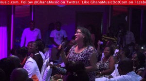 [Video] White Lady speaking fluent twi and guess what, she is a big fan of Samini