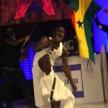 shatta-wale-strips-on-stage-video